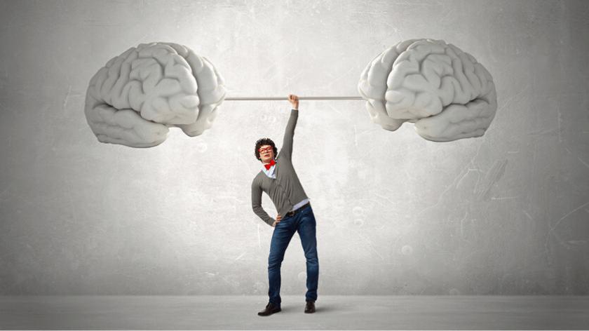Portret mężczyzny podnoszącej sztangle, na której po obu stronach jest mózg